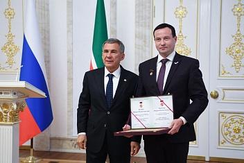 Президент Республики Татарстан Рустам Минниханов наградил первого проректора КИУ Игоря Бикеева